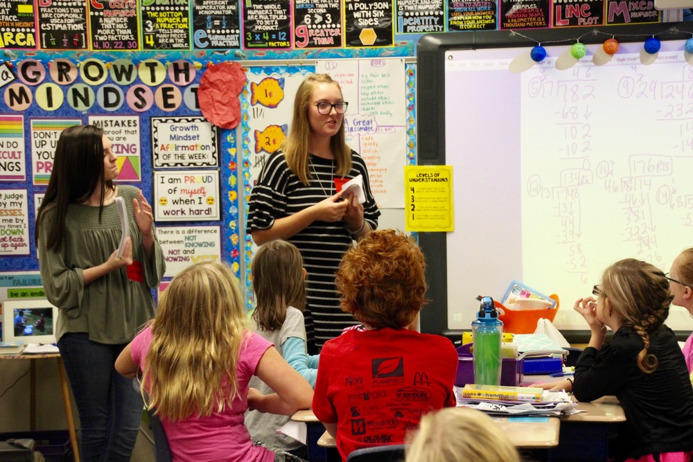4th-year Spanish students teach elementary students